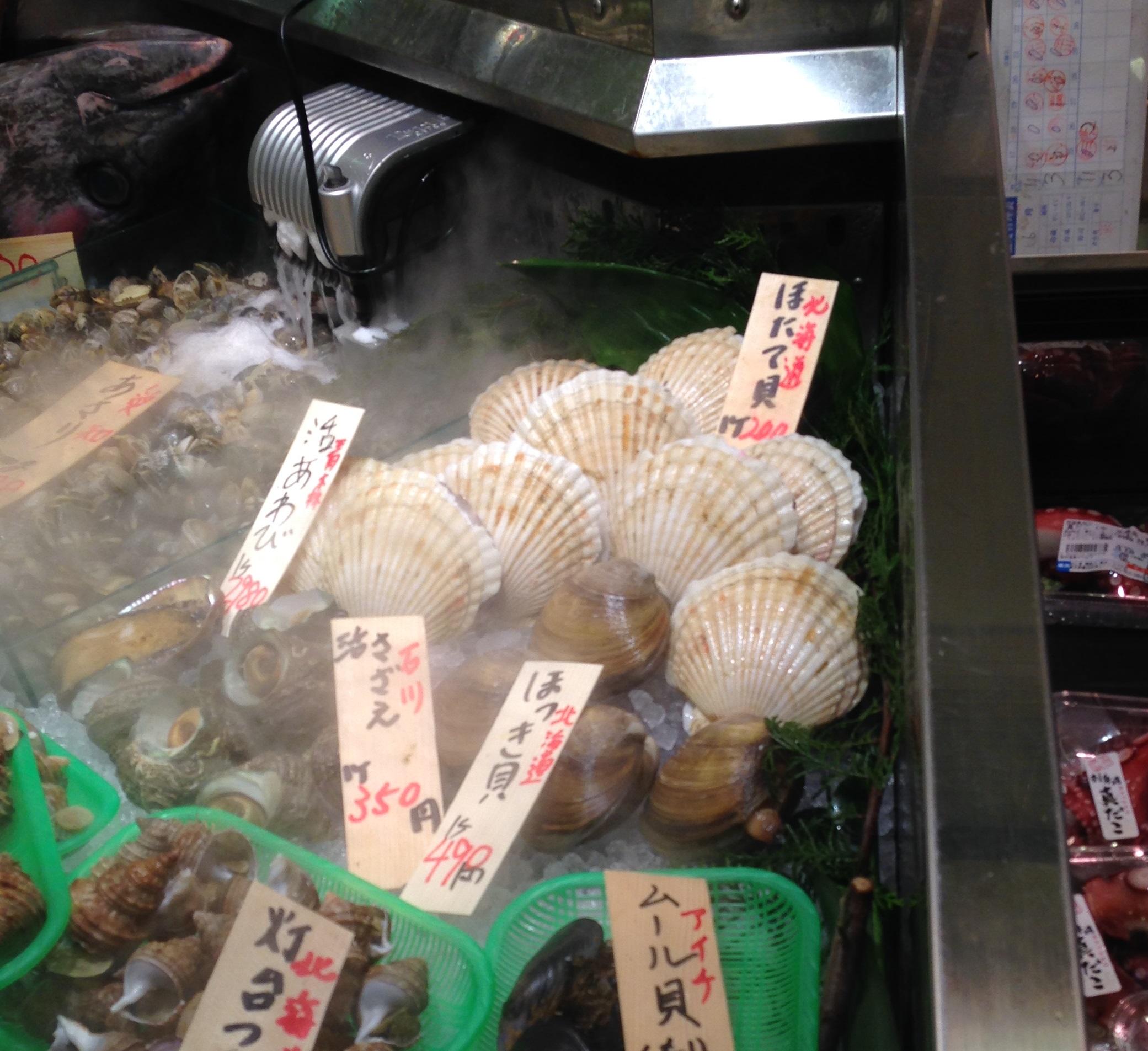 鮮魚売り場のホタテ貝