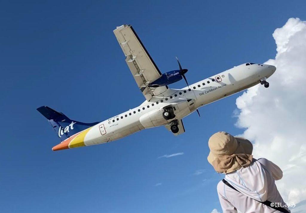 飛行機と私(マホビーチにて)