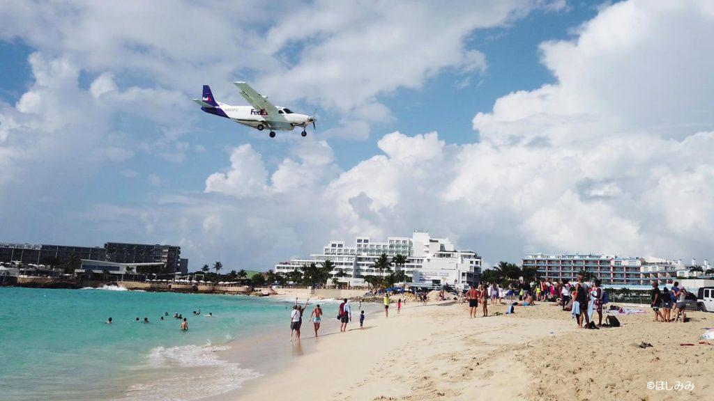 小型機が飛んでいるマホビーチ