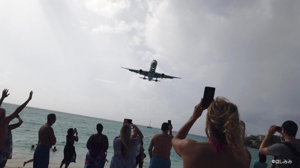 マホビーチに飛んでくる中型機